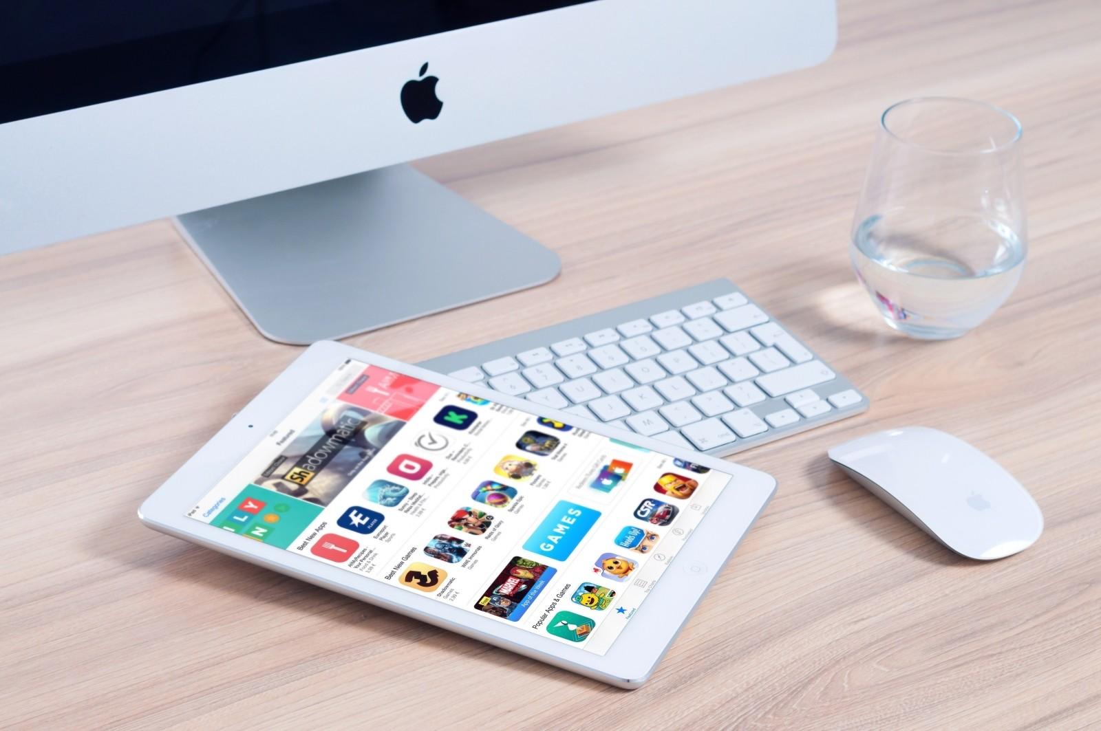 imac-apple-mockup-app-ipad-mouse-device-design